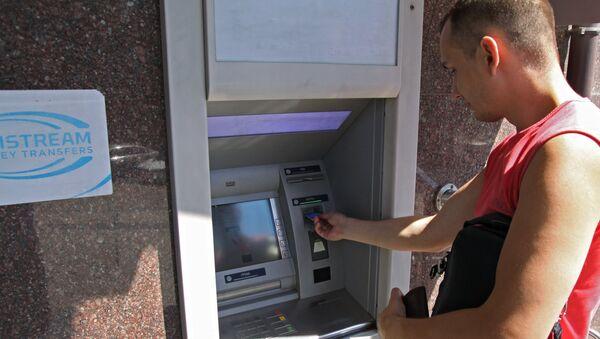 Горожанин у банкомата, фото из архива - Sputnik Азербайджан