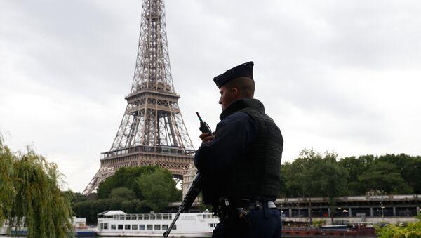 Сотрудник полиции в Париже, фото из архива - Sputnik Азербайджан