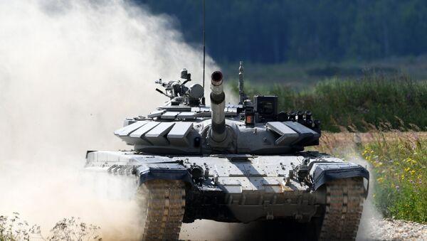 Экипаж команды армии Казахстана участвует в индивидуальной гонке соревнований по танковому биатлону Армейских международных Игр-2017 на подмосковном полигоне Алабино - Sputnik Азербайджан