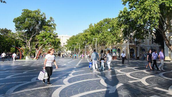 Горожане на улице Низами в Баку - Sputnik Азербайджан