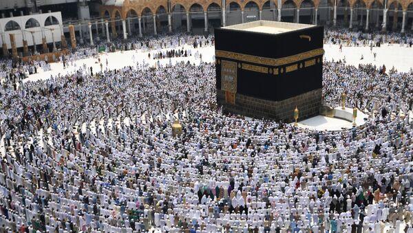 Паломники во время хаджа становятся на молитву вокруг Каабы в мечети Масджид аль-Харам в Мекке - Sputnik Азербайджан
