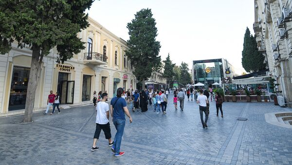Горожане на одной из центральных улиц Баку - Sputnik Азербайджан