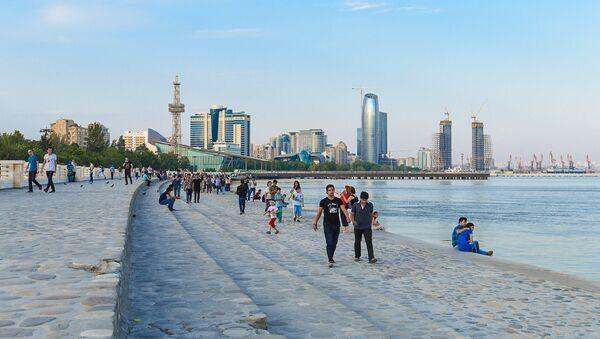 Люди на Бакинском приморском парке - Sputnik Азербайджан