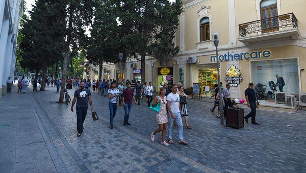 Горожане на одной из центральных улиц Баку - Sputnik Azərbaycan