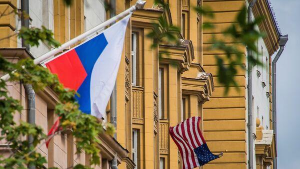 Флаги России и США перед зданием посольства Соединенных Штатов Америки в Москве, 30 июля 2017 года - Sputnik Азербайджан
