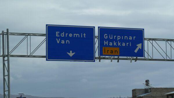Указатели городов вблизи границы Турции и Ирана, фото из архива - Sputnik Азербайджан