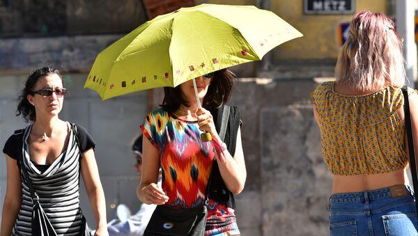 Женщина с зонтиком в жаркий летний день, фото из архива - Sputnik Азербайджан