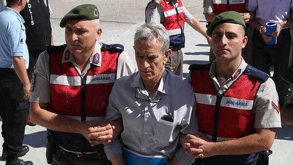 Подсудимого Акына Озтюрка ведут в здание Суда по тяжким преступлениям в Анкаре, 1 августа 2017 года - Sputnik Азербайджан