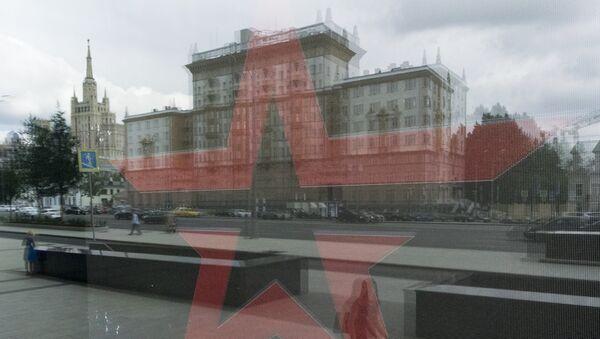 Здание посольства США в РФ отражается в окне магазина Армия России в Москве, 3 августа 2017 года - Sputnik Азербайджан