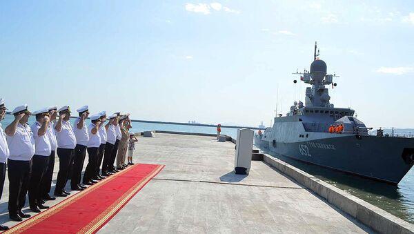 Малый ракетный корабль Град Свияжск ВМФ России покидает Бакинский порт - Sputnik Азербайджан