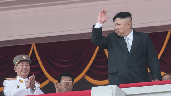 Глава КНДР Ким Чен Ын во время военного парада, приуроченного к 105-й годовщине со дня рождения основателя северокорейского государства Ким Ир Сена, в Пхеньяне - Sputnik Азербайджан