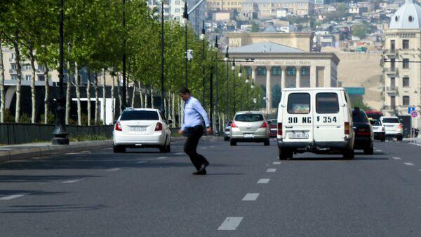 Мужчина перебегает дорогу в Баку, фото из архива - Sputnik Азербайджан