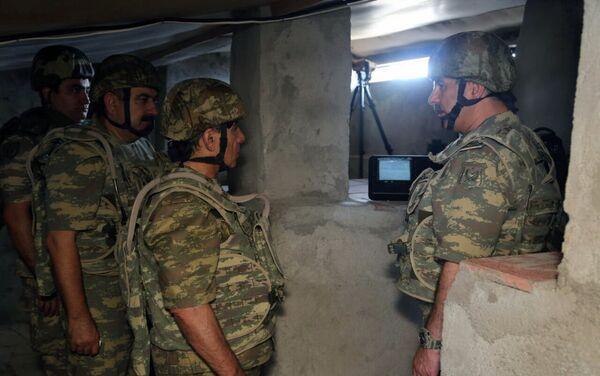 Первый заместитель премьер-министра Ягуб Эюбов и министр обороны Закир Гасанов посетили военные части в прифронтовой зоне - Sputnik Азербайджан