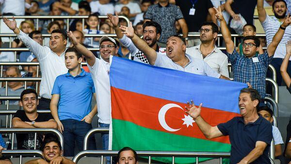 Бахрам Багирзаде (третий справа) среди фанатов Карабаха, фото из архива - Sputnik Азербайджан
