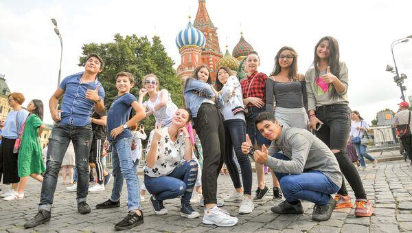 Участники шоу Ты супер! Танцы во время прогулки по Москве - Sputnik Азербайджан