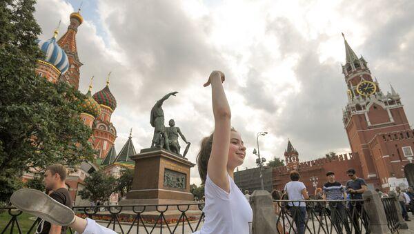 Перформанс участницы из Беларуси Марии Радионовой на Красной площади - Sputnik Азербайджан