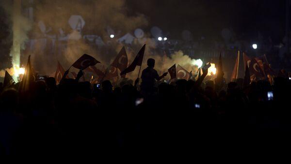 Сторонники Эрдогана на площади Таксим в Стамбуле, 18 июля 2016 года - Sputnik Азербайджан