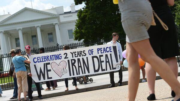 Активисты принимают участие в митинге, посвященному ядерному соглашению с Ираном, перед зданием Белого дома в Вашингтоне, 14 июля 2017 года - Sputnik Азербайджан