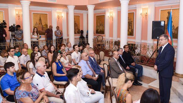 Проводы азербайджанских студентов на учебу в Россию в посольстве РФ в Баку - Sputnik Азербайджан