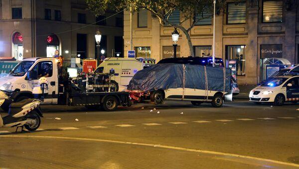Отбуксировка фургона, на котором предполагаемый террорист наехал на пешеходов в Барселоне, 18 августа 2017 года - Sputnik Азербайджан