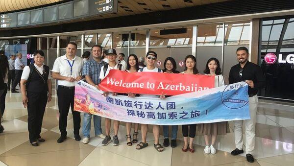 Группа китайских блогеров в аэропорту Гейдара Алиева в Баку - Sputnik Азербайджан