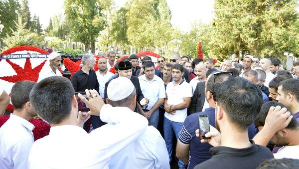 Шейх Хамзат на могиле Ровшана Лянкяранского - Sputnik Азербайджан