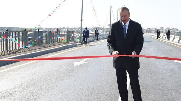 Президент Ильхам Алиев разрезает ленту на открытии дороги, фото из архива - Sputnik Азербайджан