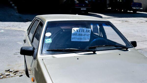 Листок со словом Продается под лобовым стеклом автомобиля, фото из архива - Sputnik Азербайджан