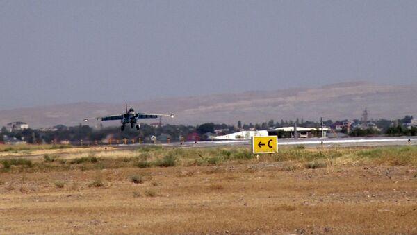 Naxçıvanda Əlahiddə Ümumqoşun Ordunun aviasiya hərbi hissəsinin SU-25 hücum təyyarələri təlim uçuşları həyata keçirib - Sputnik Azərbaycan