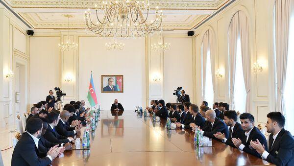 Ильхам Алиев принял членов футбольного клуба Карабах - Sputnik Азербайджан