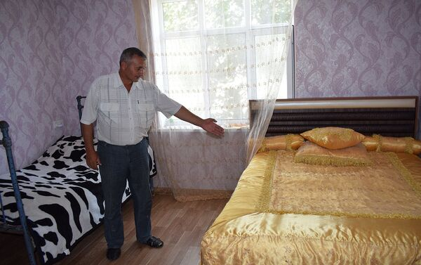 Мухтаров говорит, что вечером, выключив свет, они боятся шелохнуться - Sputnik Азербайджан