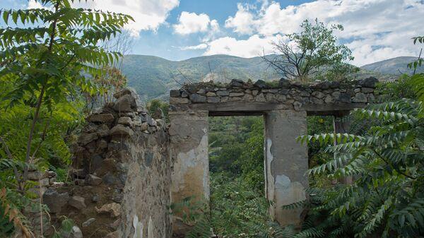 Руины здания в оккупированном Арменией городе Гадруте, фото из архива - Sputnik Азербайджан