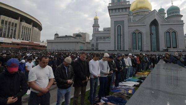 Мусульмане в день праздника жертвоприношения Курбан-Байрам возле Московской Соборной мечети, фото из архива - Sputnik Азербайджан