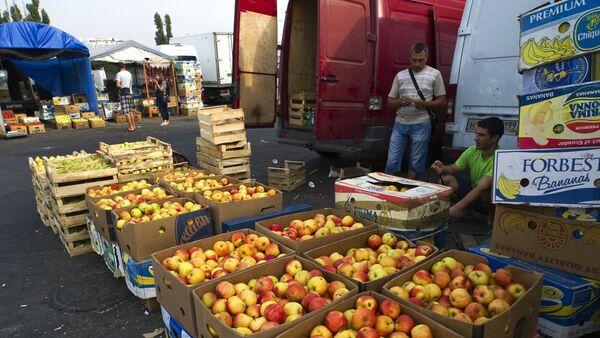 Торговля яблоками на оптово-розничном рынке в Симферополе, фото из архива - Sputnik Азербайджан