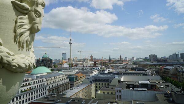 Вид на восточную часть Берлина со смотровой площадки Французского собора - Sputnik Азербайджан