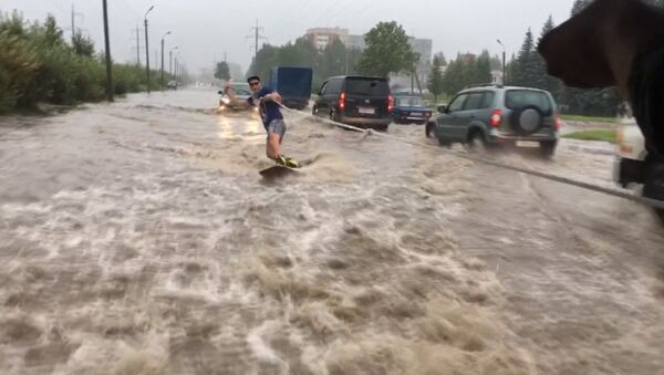 В Пскове парень проехался по затопленной после дождя улице на вейкборде - Sputnik Азербайджан