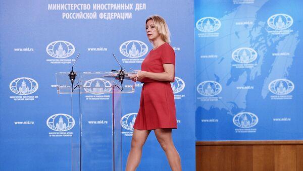 Официальный представитель министерства иностранных дел России Мария Захарова перед началом брифинга в Москве - Sputnik Азербайджан