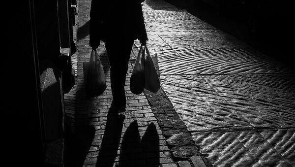 Женщина с пластиковыми пакетами, фото из архива - Sputnik Азербайджан