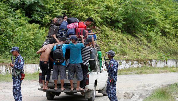 Maunqdauda şəhərindəki qırğından qaçıb Bunidaunq şəhərinə sığınmış etnik arakanlar, Myanma, 28 avqust 2017-ci il - Sputnik Azərbaycan