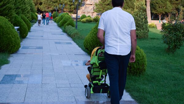 Мужчина с детской коляской, фото из архива - Sputnik Азербайджан