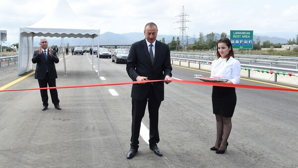 Президент Ильхам Алиев на открытии 22,2-километрового участка дороги Лянкяран-Масаллы - Sputnik Азербайджан