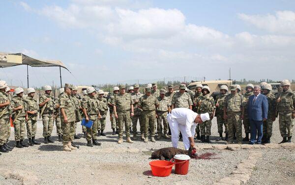 Руководство министерства обороны Азербайджана посетило воинскую часть в прифронтовой зоне - Sputnik Азербайджан