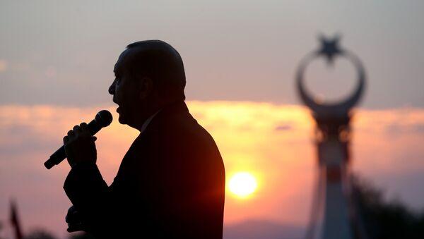 Президент Турции Реджеп Тайип Эрдоган выступает на годовщине неудавшегося государственного переворота в Турции 15 июля 2016 года, Президентский дворец, Анкара, 16 июля 2017 года - Sputnik Азербайджан