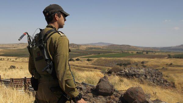 Израильский солдат на границе с Сирией, 24 июня 2017 года - Sputnik Азербайджан