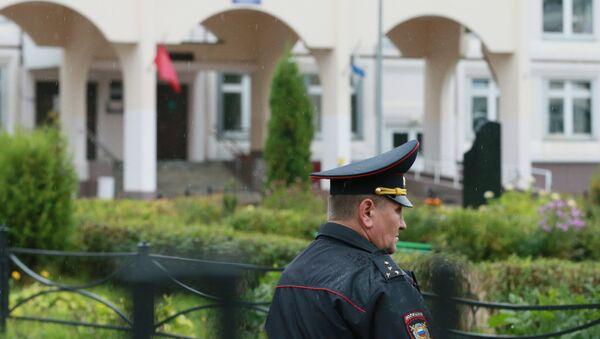 Сотрудник правоохранительных органов у здания школы №1 в Ивантеевке Московской области, где подросток открыл стрельбу - Sputnik Azərbaycan