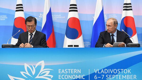 Президент РФ Владимир Путин и президент Республики Кореи Мун Чжэ Ин во время совместного заявления для прессы, Россия, Владивосток, 6 сентября 2017 года - Sputnik Азербайджан