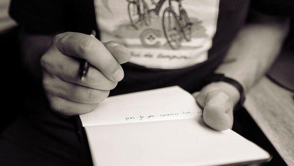 Мужчина с ручкой и блокнотом, фото из архива - Sputnik Азербайджан