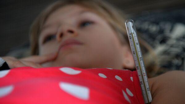 Девочка с симптомами гриппа измеряет температуру, фото из архива - Sputnik Азербайджан