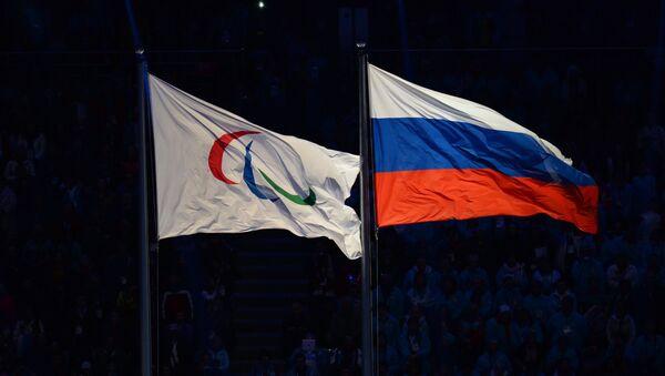 Паралимпийский флаг и национальный флаг России на церемонии закрытия XI зимних Паралимпийских игр в Сочи - Sputnik Азербайджан
