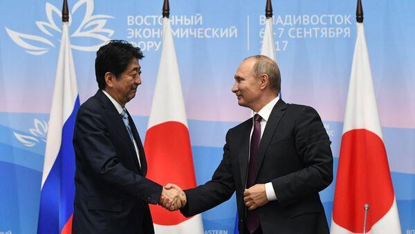 Президент РФ Владимир Путин и премьер-министр Японии Синдзо Абэ (слева) - Sputnik Азербайджан